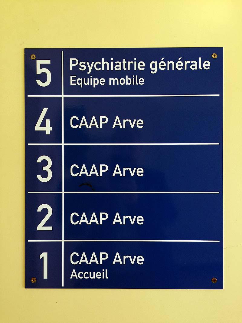 La salle est proche de consultations médicales.